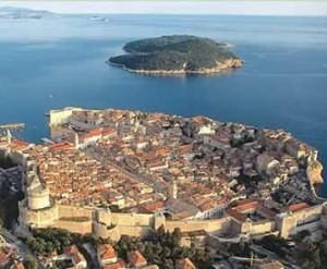 Dubrovnik son yıllarda ülkemizde ve dünyada tatil için seçilen yeni rota oldu. Tarihi, kültürel ve doğal güzellikleri tüm dünyadan insanları bu şehre çekiyor.
