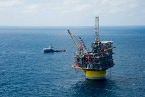 Shell ve diğer petrol şirketleri resimde görülen devasa petrol platformlarını kullanarak daha derin denizleri işgal ediyor ve petrol çıkarıyor.