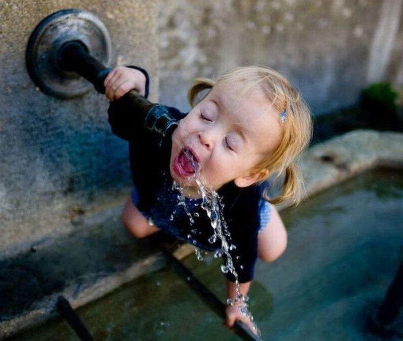Su içmek sağlığımız açısından çok önemlidir. Resimde görülen sevimli küçük kız çeşmeden kana kana su içerken görülüyor.
