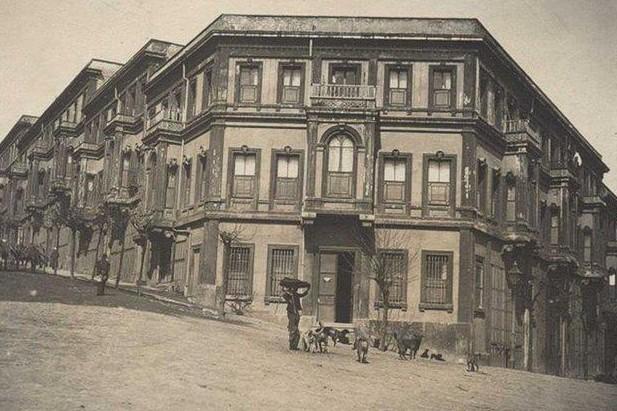 Beşiktaş, Akaretler semti ve Akaretlerde bulunan eski binalar