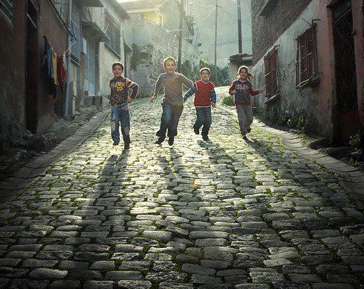 cocuklar-sokakta-neseyle-kosarken-eskiden-nostaljik