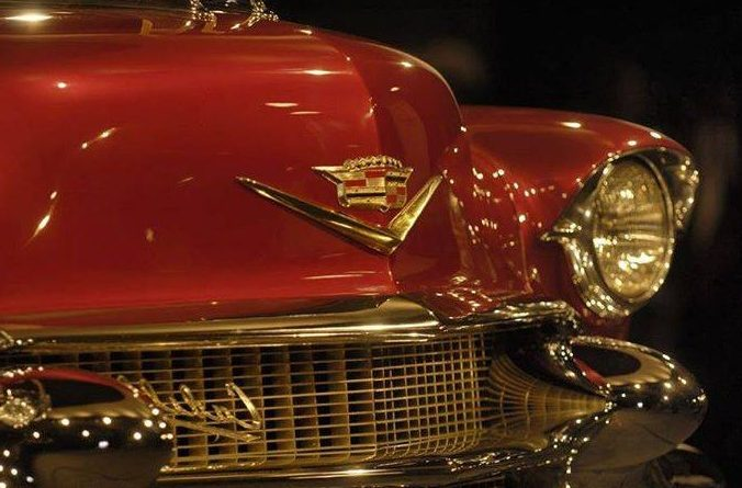 Klasik otomobil sahibi olmak ve kullanmak bir sanat ve yaşam biçimidir. resim de mavi renkli 1958 model bir klasik cadillac araba görülüyor.