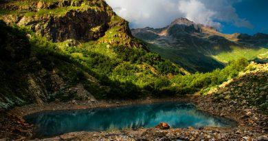 Dağlar ve göl manzarası içeren bu resim insanı doğal hayatın cazibesine çekiyor.