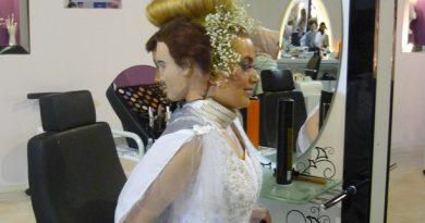 ismek sergisinde birbirinden ilginç saç ve kostüm tasarımları ilgi çekiyor.