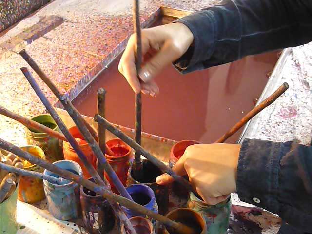eda özbekkangay, ebru sanatı, boyaları hazırlarken