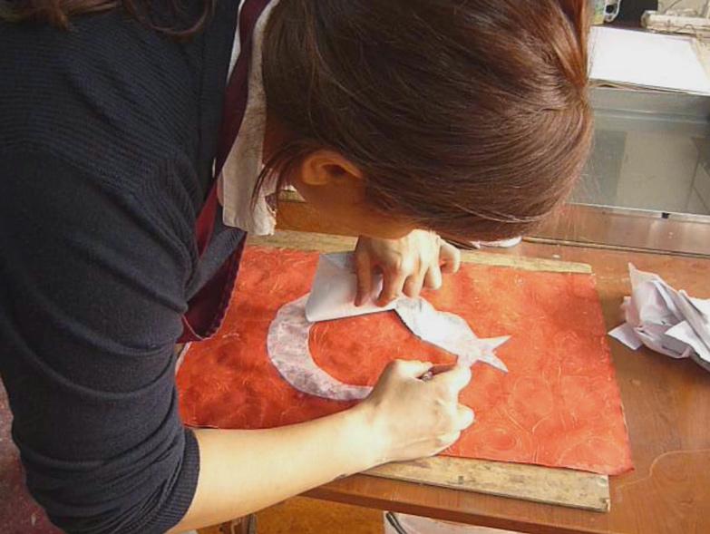 Türk Bayrağı yapımında Ebru sanatındaki Akkâse tekniği, ebru-bayrak-yapımı-tekniği-eda özbekkangay